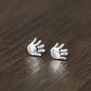 Boucle d'oreille bébé main